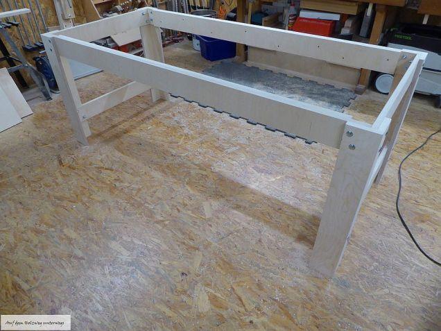 Das fertige Tischgestell. Die langen Zargen sind aufgedoppelt